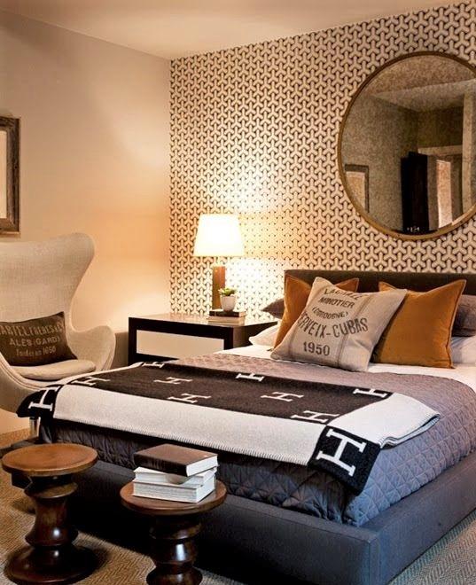 camera da letto con specchio rotondo e cuscini gialli