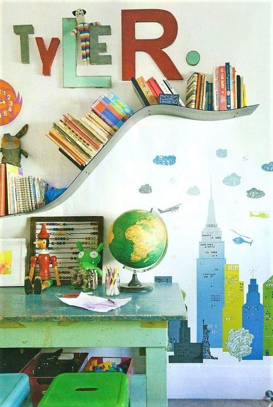 scrivania con mappamondo verde e libri