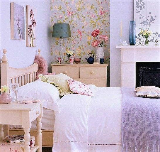camera in stile inglese con copriletto lilla