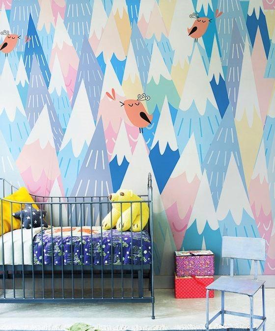 montagne stilizzate multicolor e culla in legno
