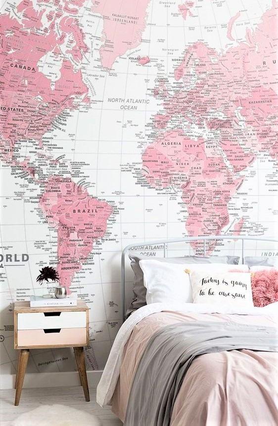 comodino in legno con mappe sulle pareti