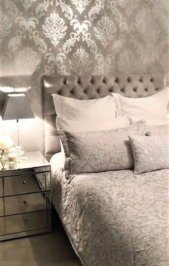 camera classica con finiture grigie e carta damascata