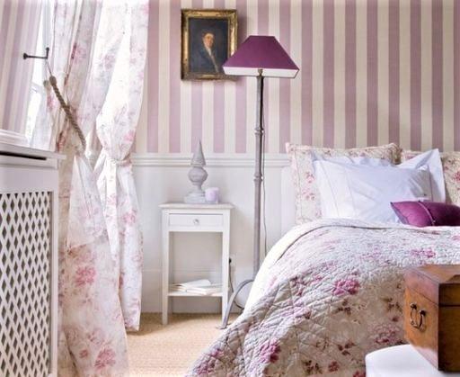 camera da letto rosa con boisserie