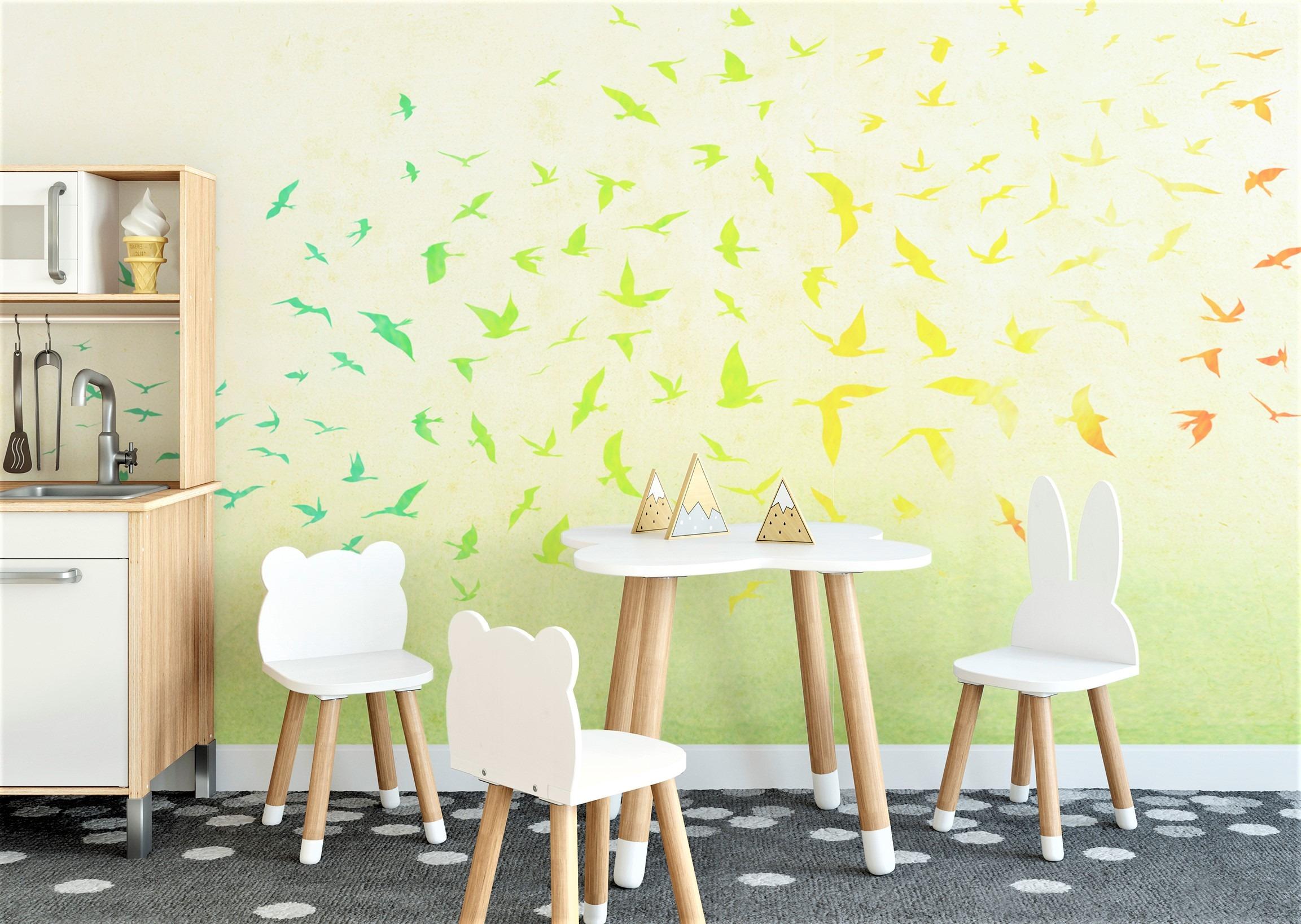 tavolino e sedie in legno con carta da parati per bambini