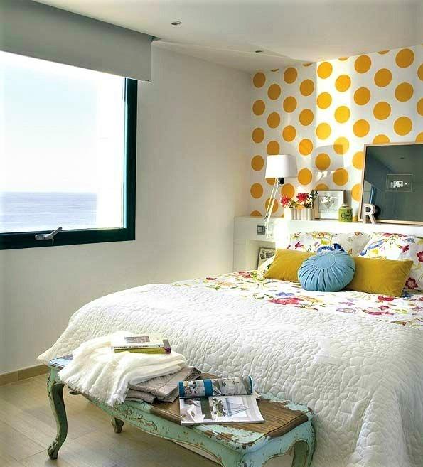 camera da letto con cuscini gialli e pois