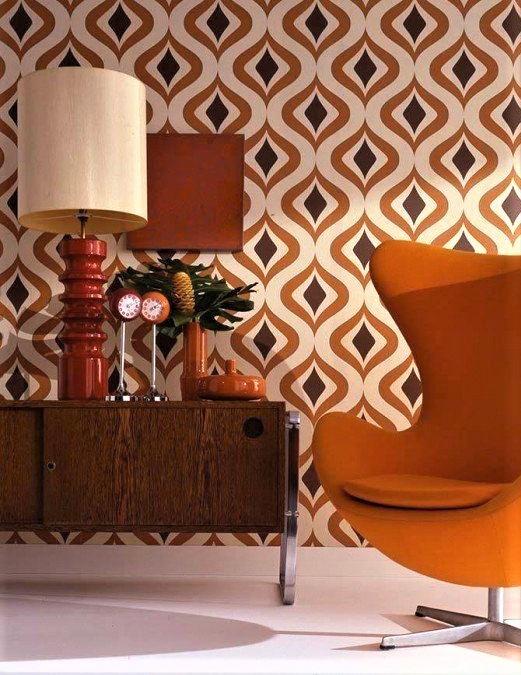 poltrona in arancio con mobile in legno