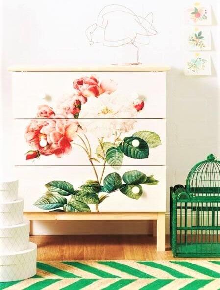 cassettiera con disegni a fiori e tappetto a righe verdi