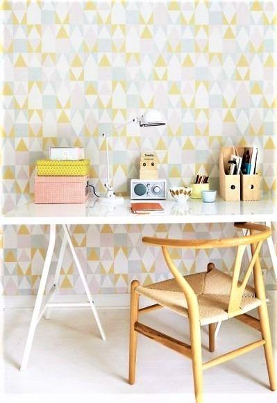 sedia in legno gialla e scrivani in bianco
