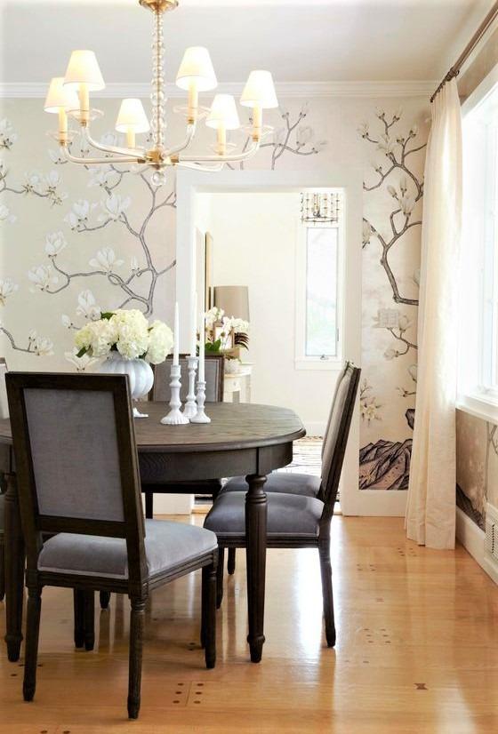 sedie azzurre e tavolo nero