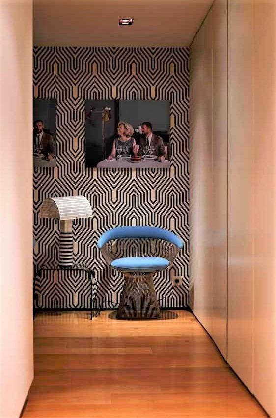parquet in legno scuro e sedia azzurra