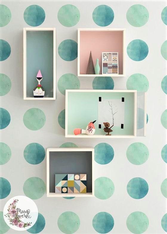 cubi con oggetti e pois azzurri