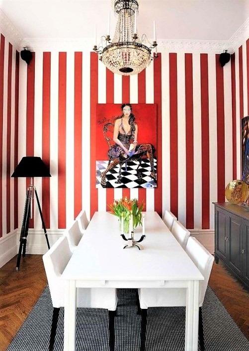 salotto con righe rosse e tavolo bianco