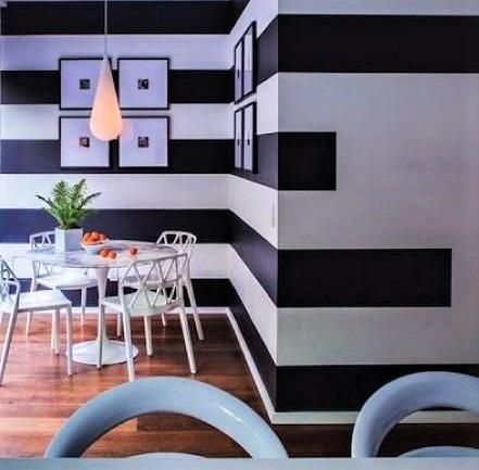 parete e righe bianche e nero e tavolo circolare