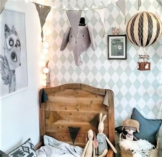 cameretta da maschietto con letto in legno e carta da arati a rombi