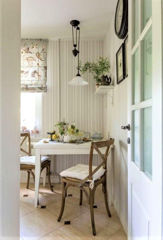 cucina shabby con sedie in legno