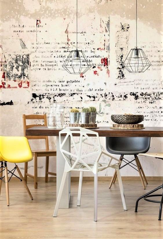 cucina moderna con tavolo e sedie tutte diverse