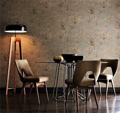 sala da pranzo elegante con sedie marroni