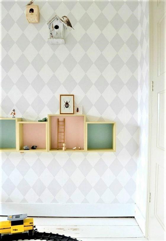 casette a mo di mensole colorate su parete chiara