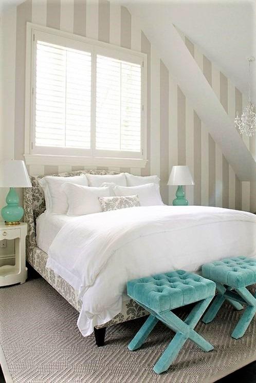 camera mansardata con letto bianco