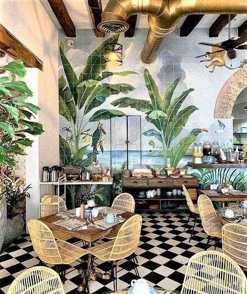 ristorante con carta da parati a foglie