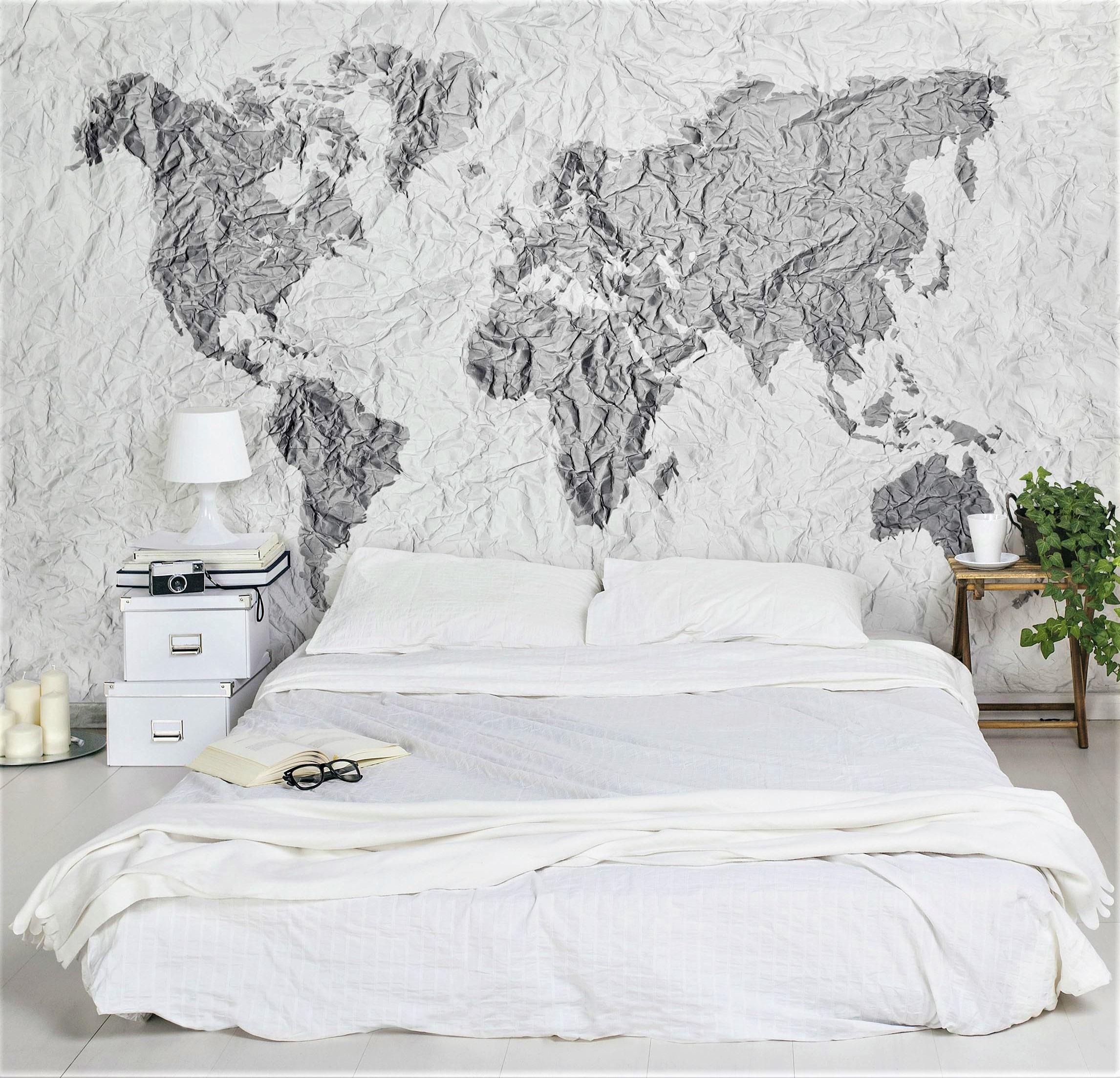 grande letto bianco con carta da parati mappamondo
