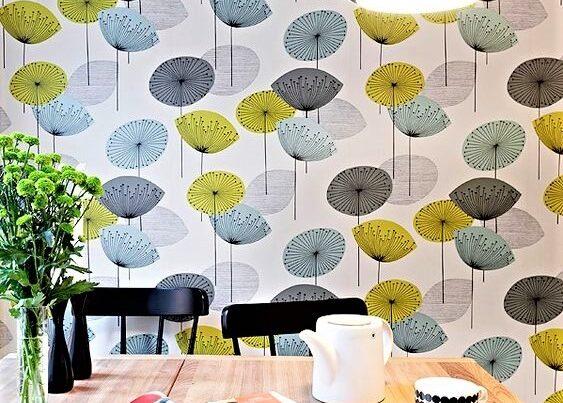 sala da pranzo con carta da parati a fiori