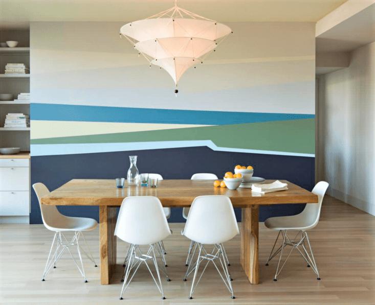 sala da pranzo con tavolo in legno e sedie bianche