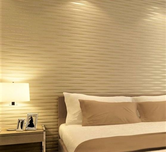 camera da letto con parete oro con cuscini bianchi