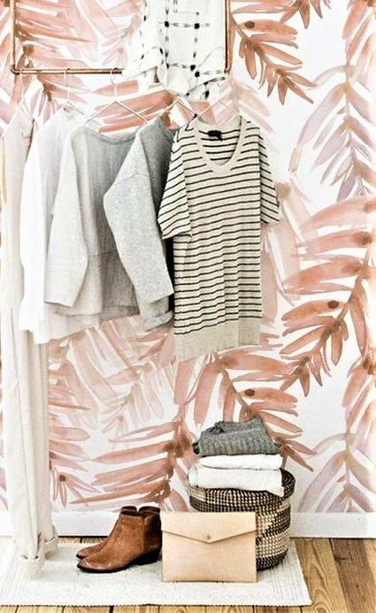 porta abiti a vista con stivaletti marroni e borsetta rosa