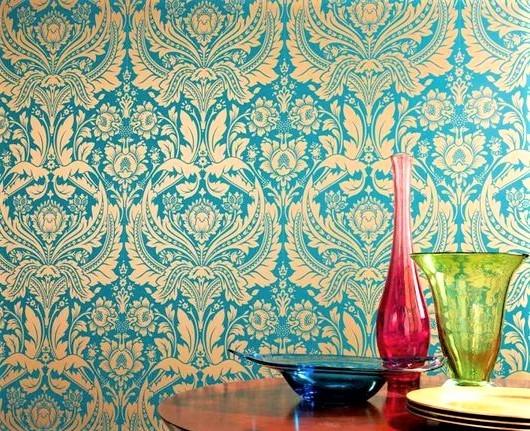 vasi colorati con parete damascata