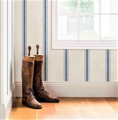 stivali in cuoio marrone e finestra