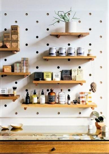 parete in cucina con pois e mensole