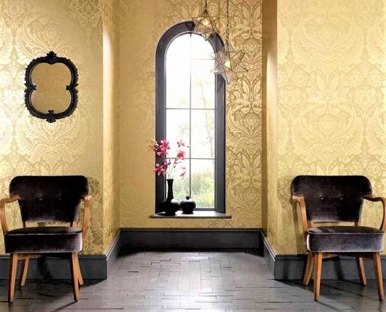 grande finestra con due poltrone in tessuto nere