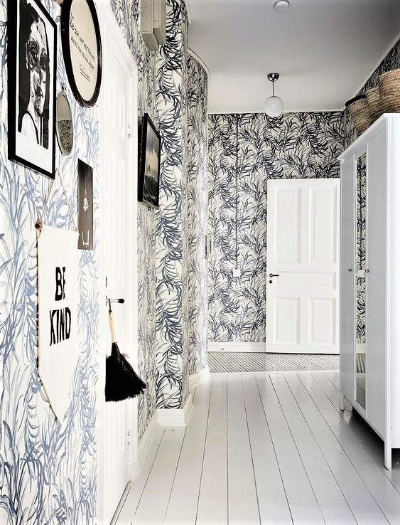 corridoio con carta da parati a foglie bianche e nere