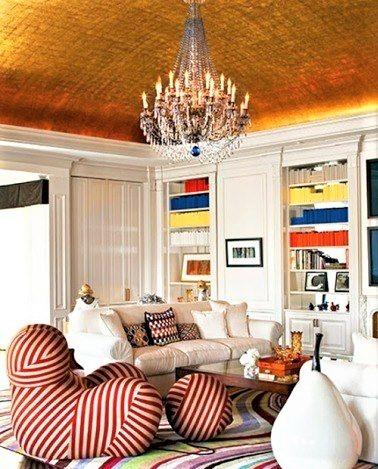 salotto con divani rossi e bianchi