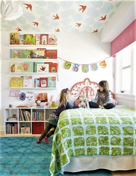 camerette dei bambini con letto verde e grande libreria
