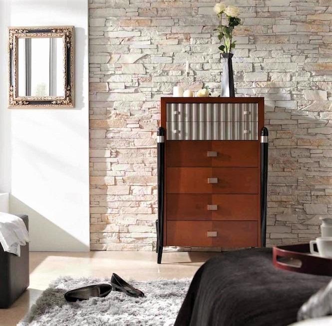 mobiletto in legno con vaso di rose