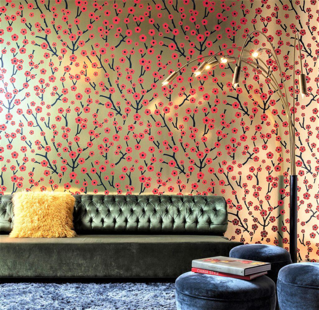 divano verde con carta da parati oro