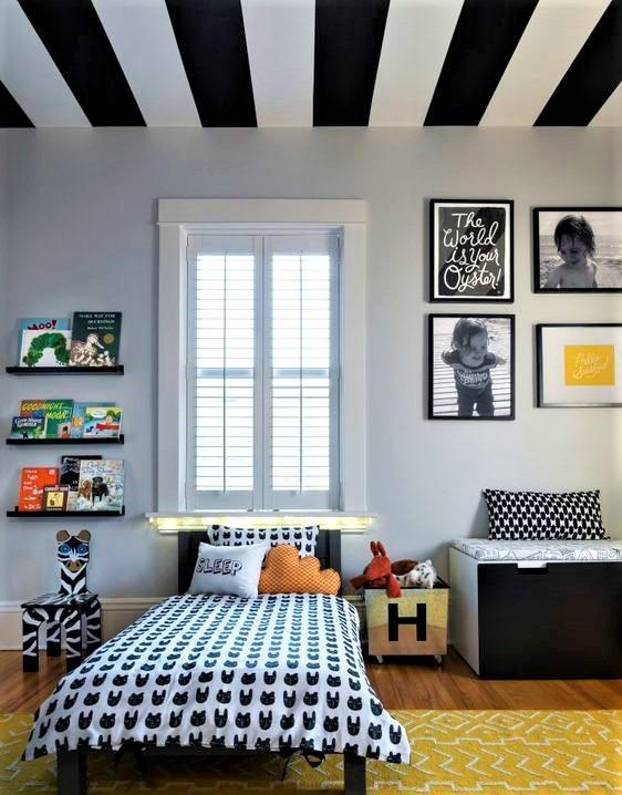 camera dei ragazzi con soffitto a righe