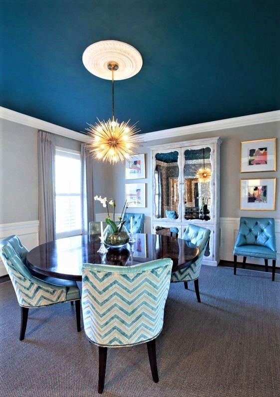 sala da pranzo con tavolo in legno e soffitto blu