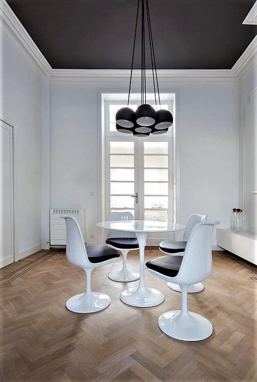 grande tavolo circolare bianco con quattro sedie