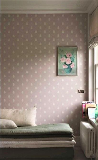 letto romantico con finitura in raso e parete a pois