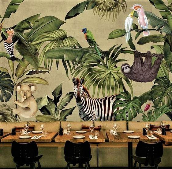 ristorante con tavolo in legno e parete verde