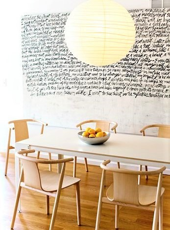 tavolo bianco con sedie in noce chiaro