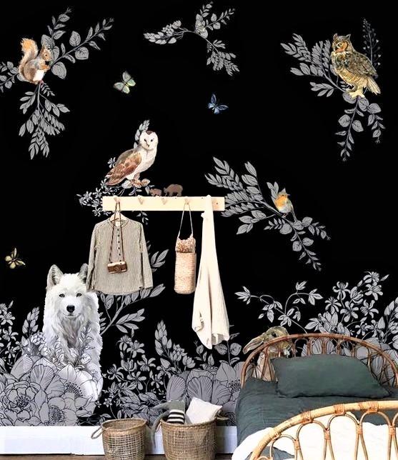 cameretta con letto in legno e carta scuro con lupo