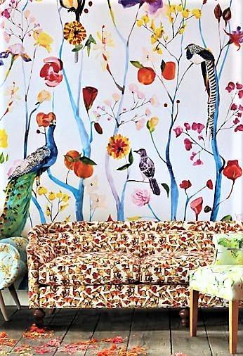 divano maculato con carta da parati con uccelli